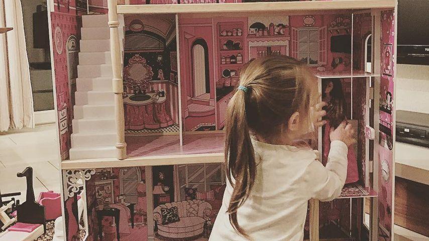 Amelia Stark mit ihrem neuen Puppenhaus