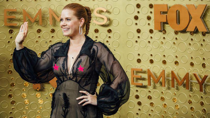 Collage: Amy Adams bei den Emmy Awards 2019