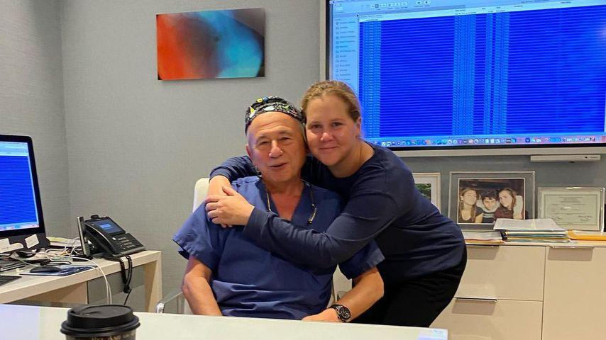 Amy Schumer mit ihrem behandelnden Arzt