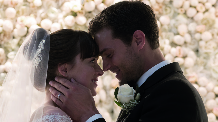 "Ana (Dakota Johnson) und Christian (Jamie Dornan) an ihrem Hochzeitstag in ""Fifty Shades Freed"""