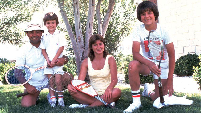 """Andre Agassi mit seinem Vater Emmanuel """"Mike"""" und seinen Geschwistern im Juni 1976"""