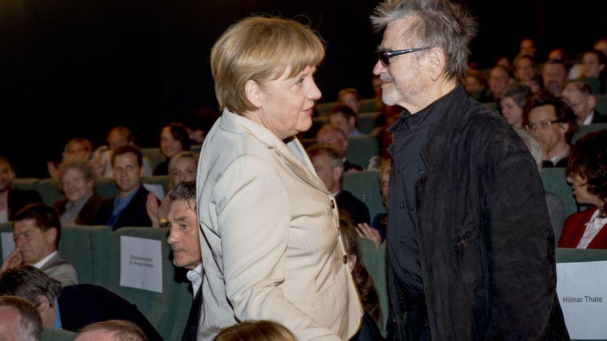 """Angela Merkel und Hilmar Thate bei der Präsentation des Films """"Die Legende von Paul und Paula"""" in Be"""