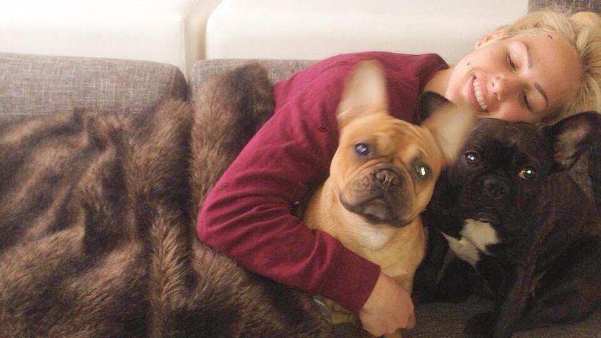 Glücklich! Angelina Heger auf Hunde-Kuschelkurs