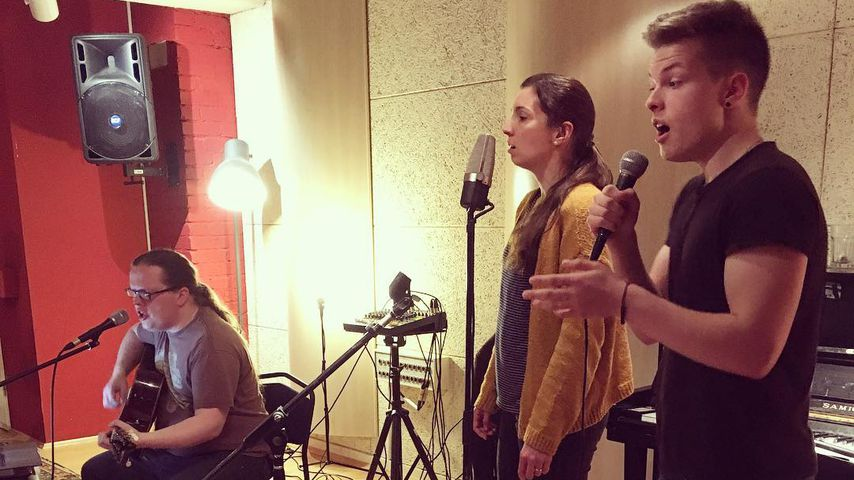 Angelo, Helen und Gabriel Kelly im Tonstudio in Irland