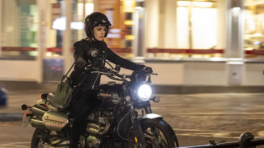 Am Filmset: Hier cruist Anne Hathaway auf einem Motorrad