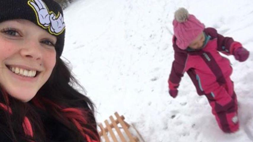 Rodel-Spaß: Anne Wünsche & Tochter genießen den Schnee