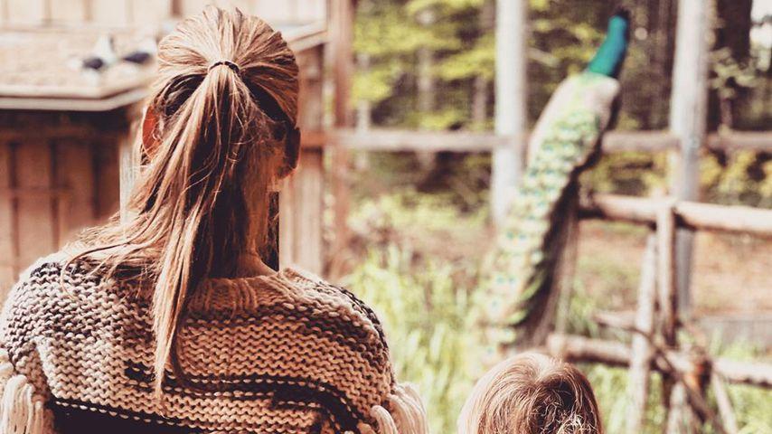 Total süß: Annemarie Carpendale mit Sohn Mads im Tierpark