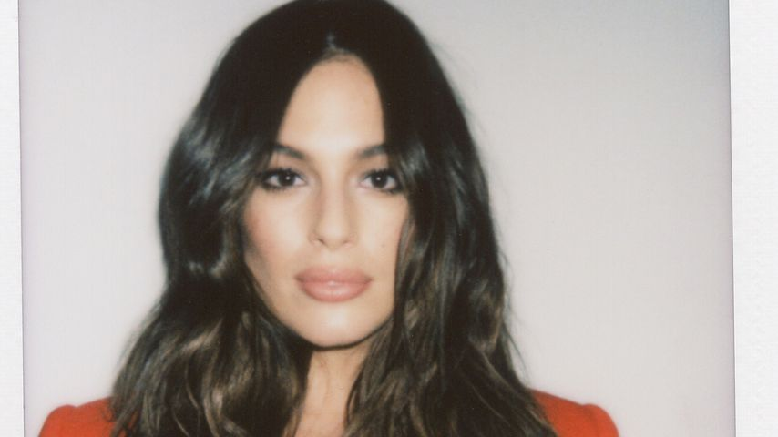 Ashley Graham im roten Blazer auf Instagram