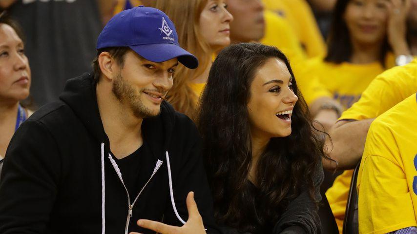 Ashton Kutcher und Mila Kunis bei einem Basketballspiel