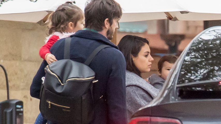Ashton Kutcher und Mila Kunis mit Wyatt und einem Baby