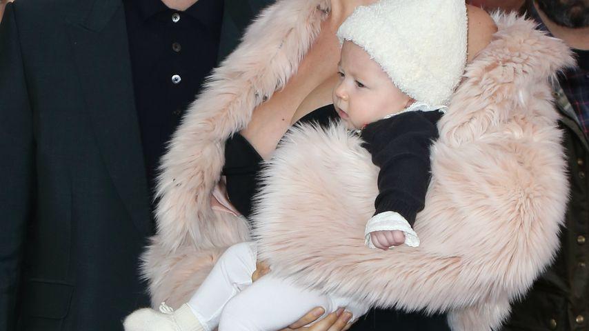 1. öffentlicher Auftritt: Adam Levine zeigt sein Töchterchen