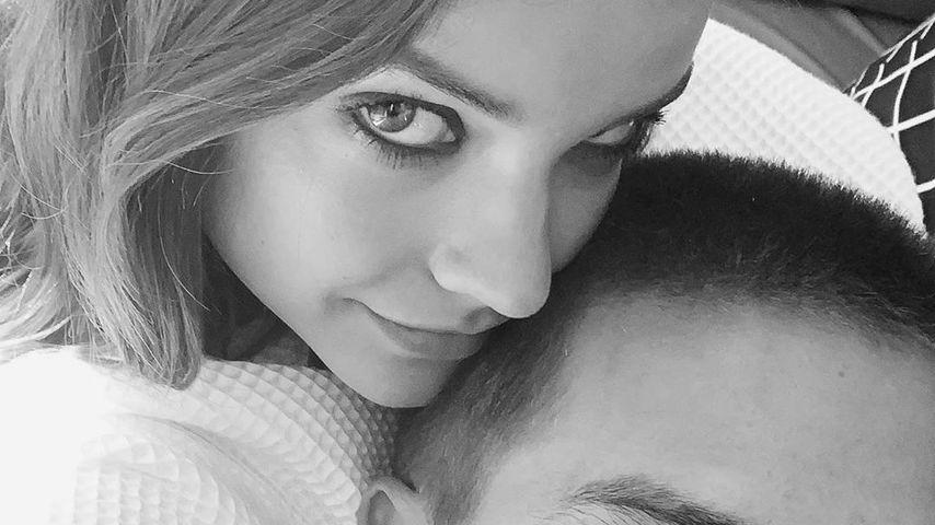 Barbara Palvin und Dylan Sprouse kuscheln