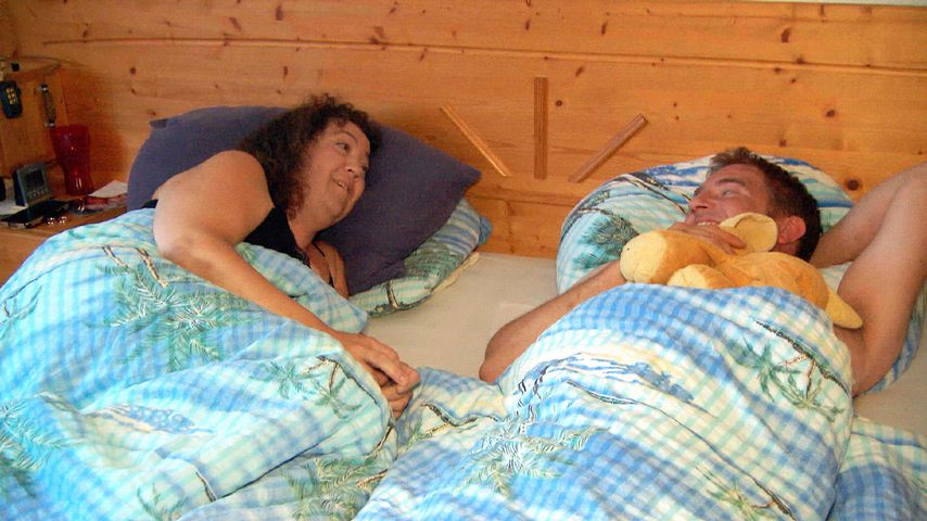 Zu dritt im Bett: BsF-Benny braucht Nadine UND Kuscheltier