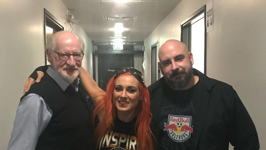 Becky Lynch mit ihrem Vater und ihrem Bruder