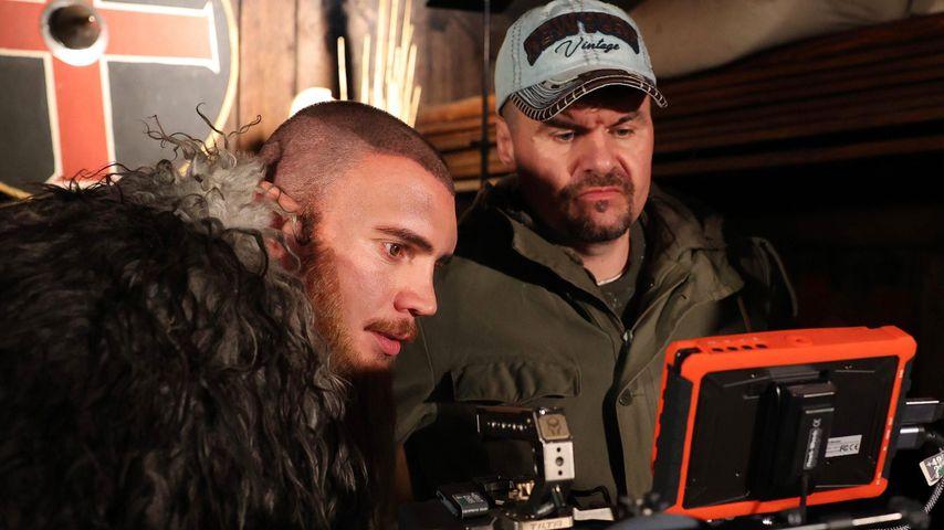 Bela Klentze mit Regisseur Jakob Gisik am Filmset