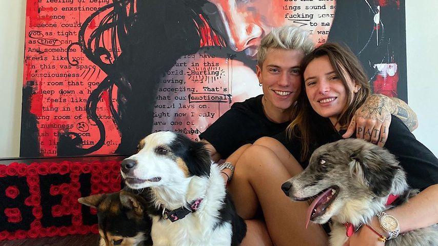 Benjamin Mascolo und Bella Thorne mit drei Hunden, 2019