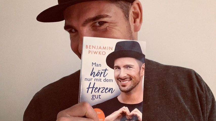 """Benjamin Piwko mit seinem Buch """"Man hört nur mit dem Herzen gut"""""""