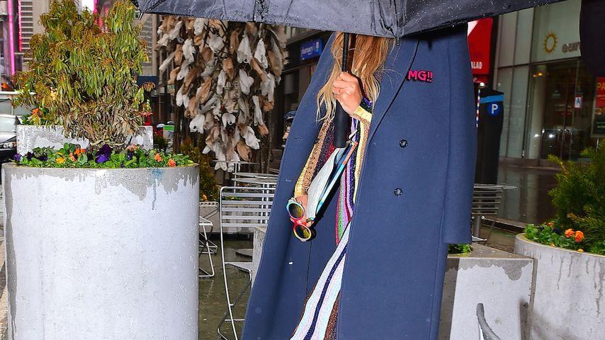 Mega-Schirm für Mega-Star! Wer versteckt sich denn hier?