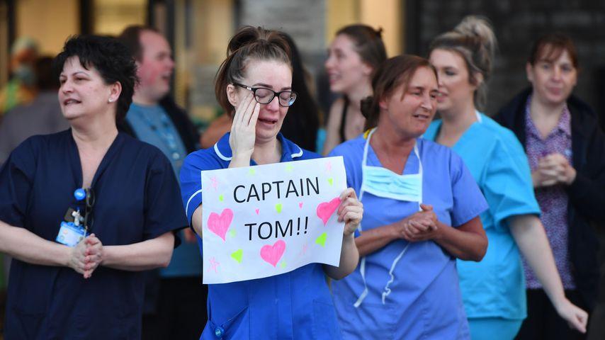 Britisches Krankenhauspersonal feiern Captain Tom für seine Spendenaktion