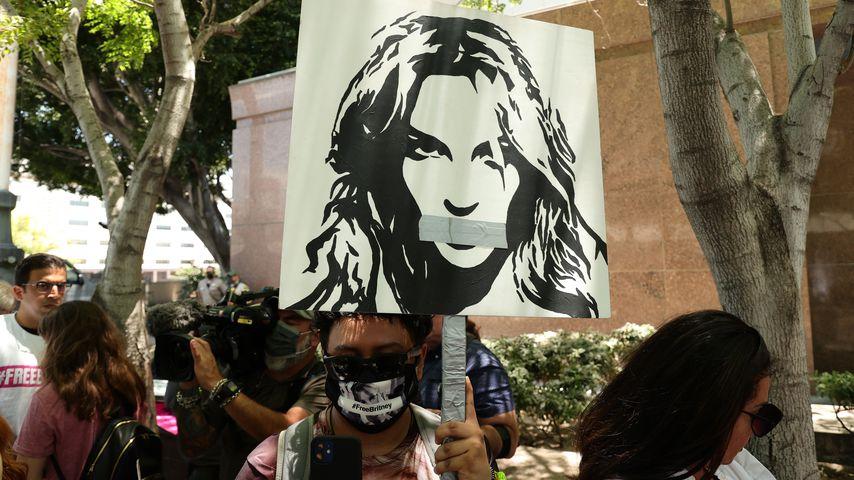 Fan von Britney Spears mit einem Plakat