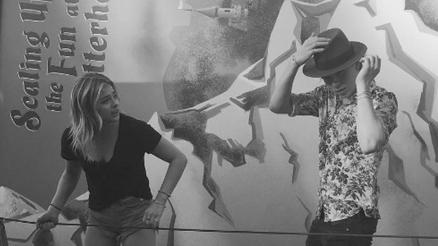 Brooklyn Beckham und Chloë Moretz im Disneyland