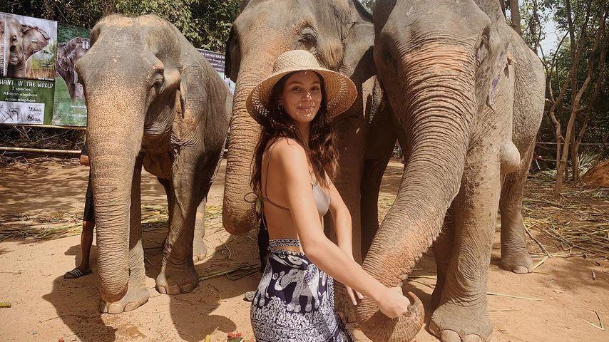 Camila Morrone in einer Elefanten-Auffangstation im Thailand-Urlaub