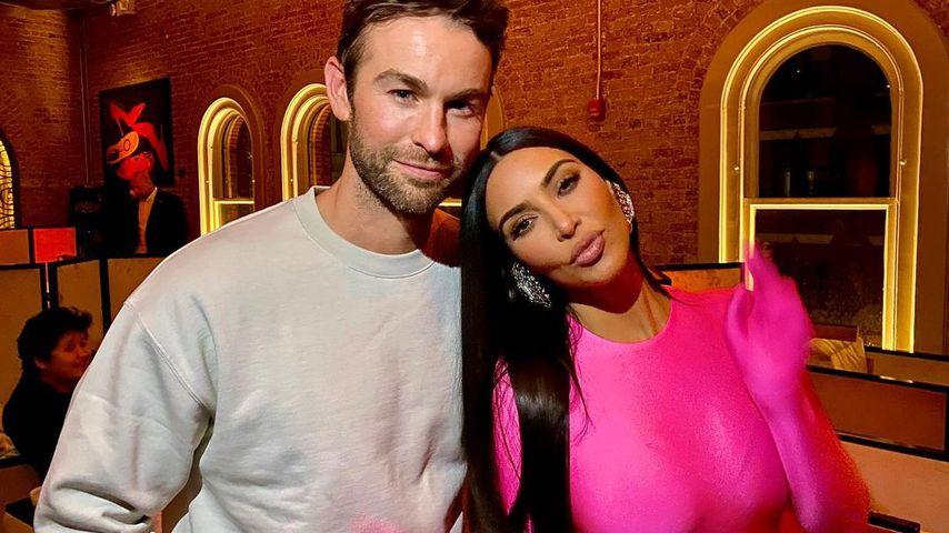 Chace Crawford und Kim Kardashian am Set von SNL im Oktober 2021