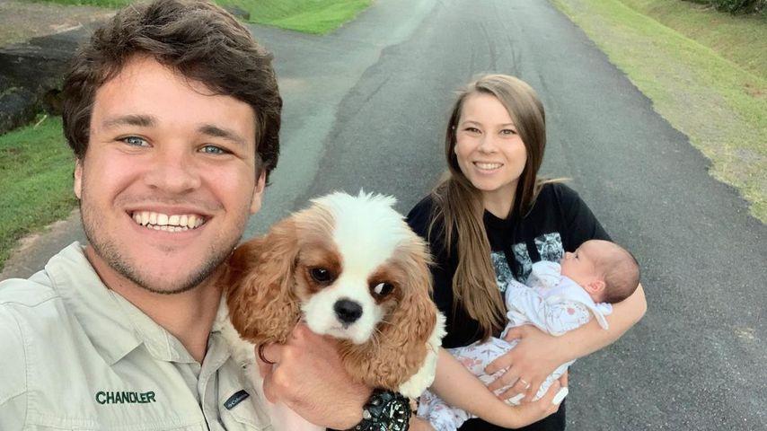 Chandler Powell und Bindi Irwin mit ihrer Tochter und ihrem Hund