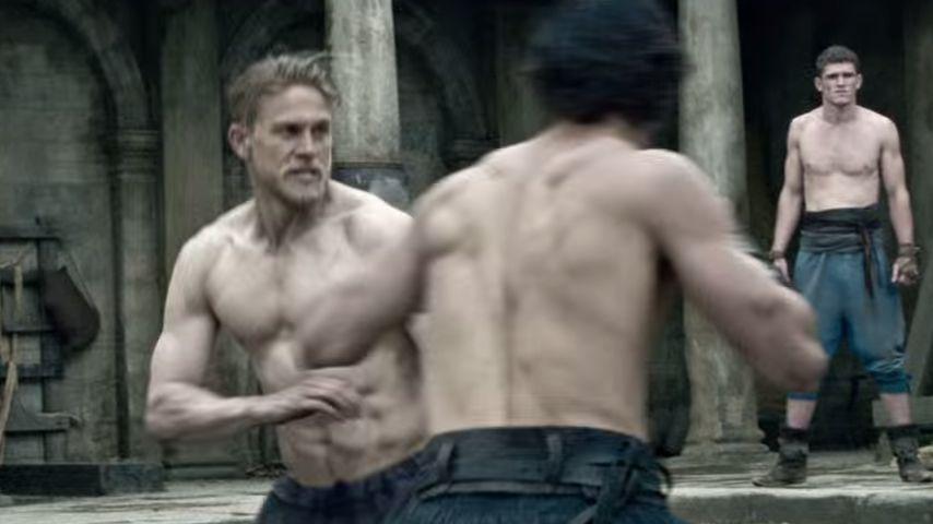 """""""King Arthur""""-Trailer: Charlie Hunnam rockt mit Muskel-Body"""