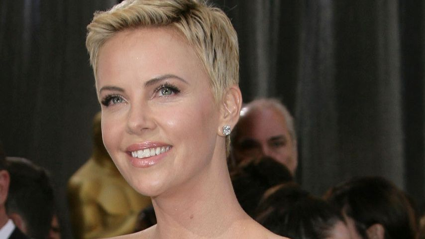 Charlize Theron: Erste Hilfe am Red Carpet!
