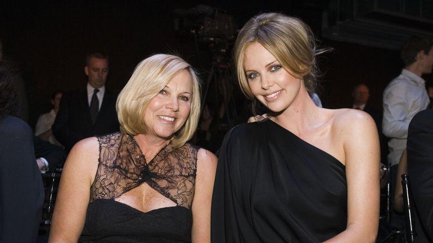Charlize Theron mit ihrer Mutter Gerda bei einer Fashion-Show 2008