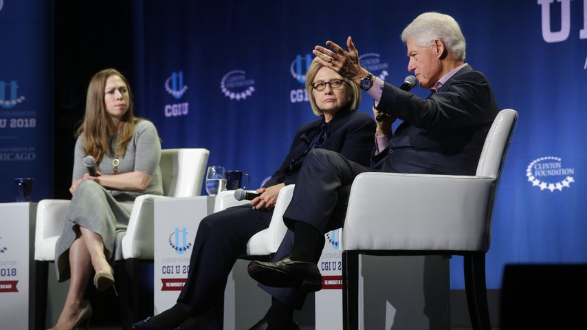 Chelsea, Hillary und Bill Clinton bei einer Podiums-Diskussion