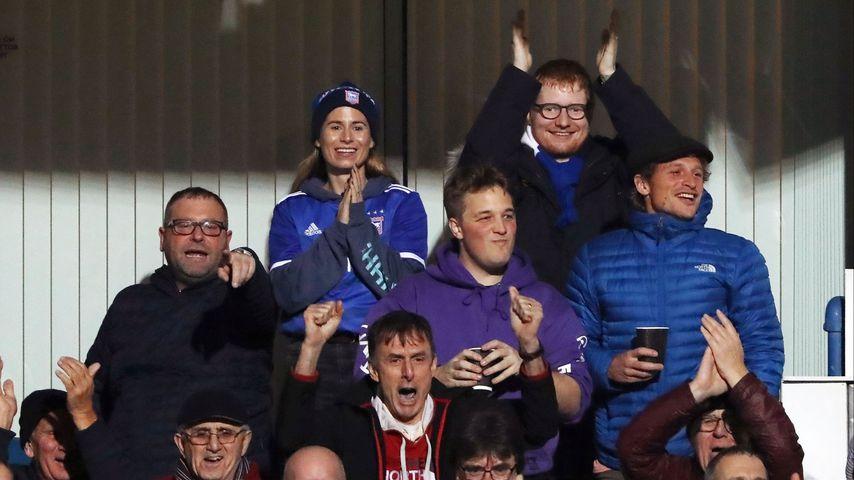 Cherry Seaborn und Ed Sheeran auf einer Stadiontribüne