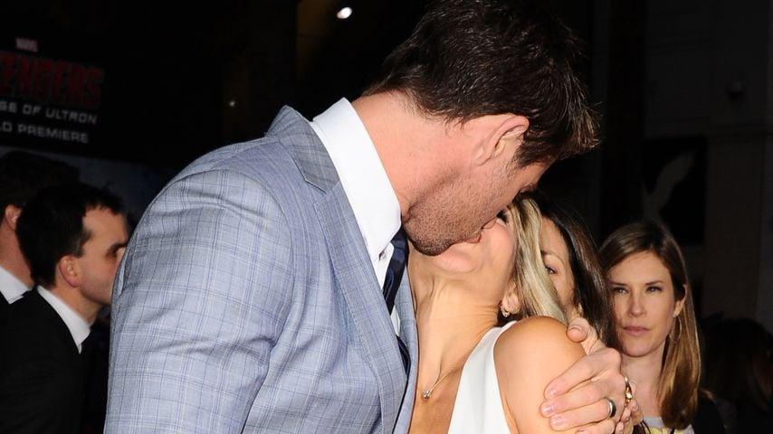 Chris Hemsworth knutscht seine Liebste auf dem Red Carpet
