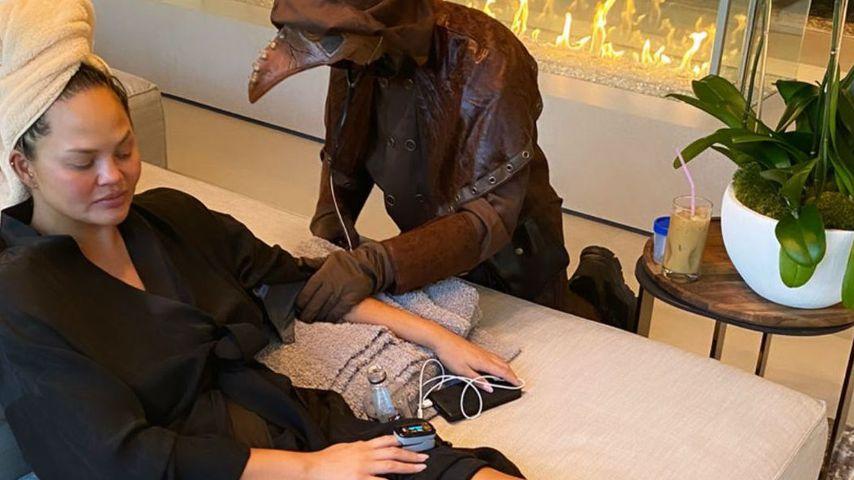 Chrissy Teigen mit ihrer verkleideten Krankenschwester