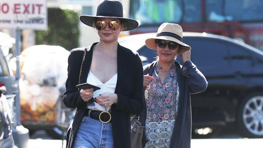 Chrissy Teigen mit ihrer Mutter Viailuck Teigen