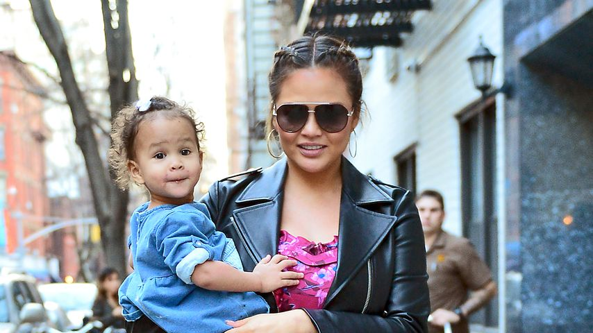 Kleine Grinse-Backe: Chrissy & Luna haben Spaß in New York!