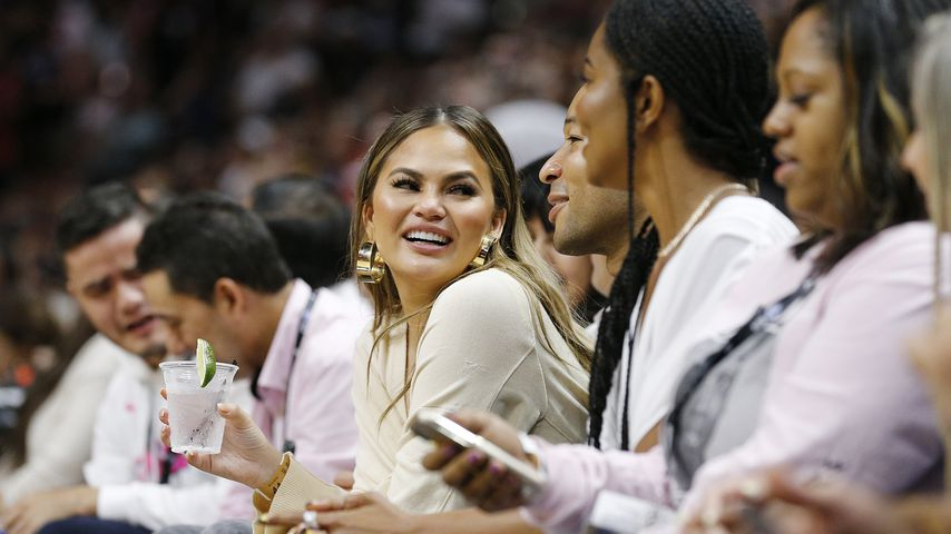 Chrissy Teigen und John Legend bei einem Basketballspiel