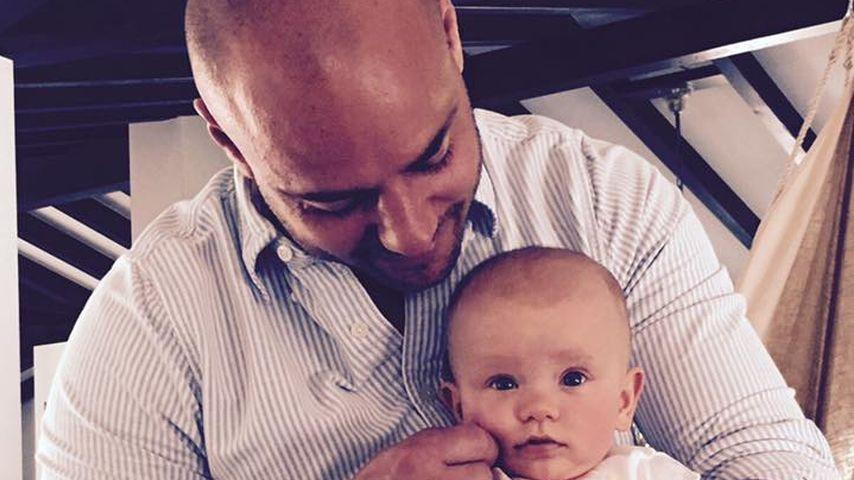 Christian Tews mit einem Zwilling auf dem Arm