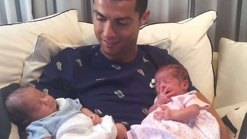 Cristiano Ronaldo mit seinen Zwillingen
