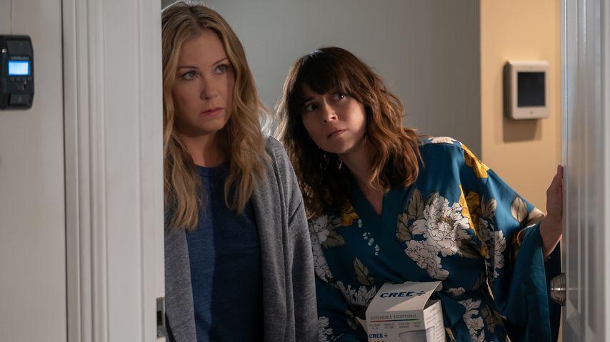 "Christina Applegate und Linda Cardellini in ""Dead to Me"""
