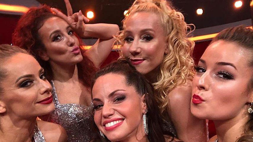 """Christina Luft (vorne) und Anelia Janeva (o.l.) mit Akrobatinnen bei """"Let's Dance"""""""