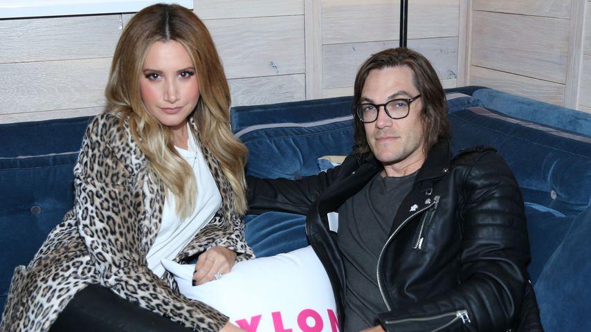 Christopher French und Ashley Tisdale auf dem Sofa
