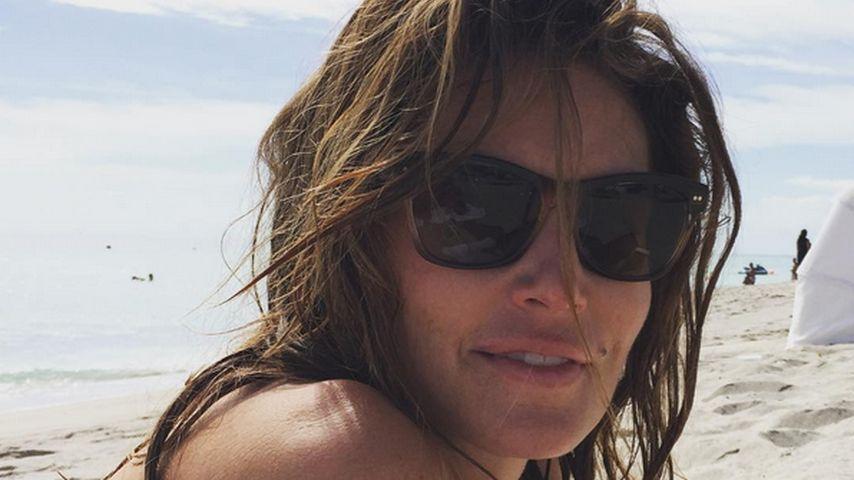 Cindy Crawford posiert am Strand: Sexy Bikini-Babe mit 49!