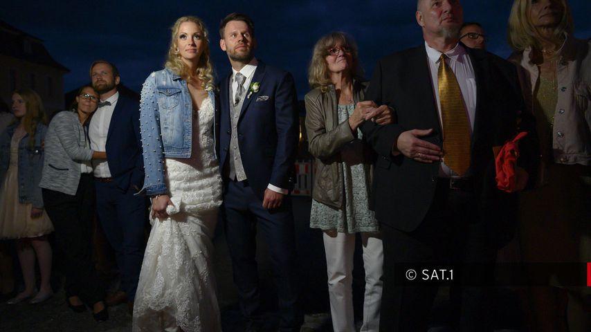 """Cindy und Alex mit ihren Hochzeitsgästen bei """"Hochzeit auf den ersten Blick"""""""