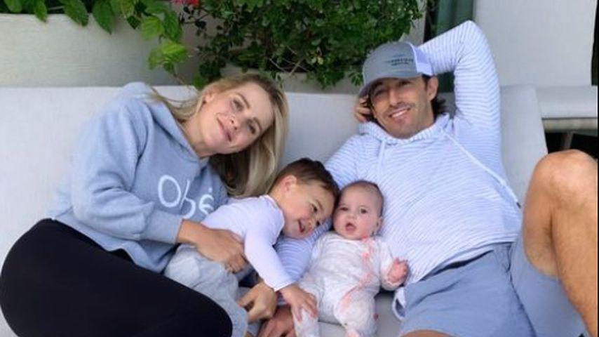 Kuscheln zu viert: Claire Holt teilt megasüßes Familienfoto