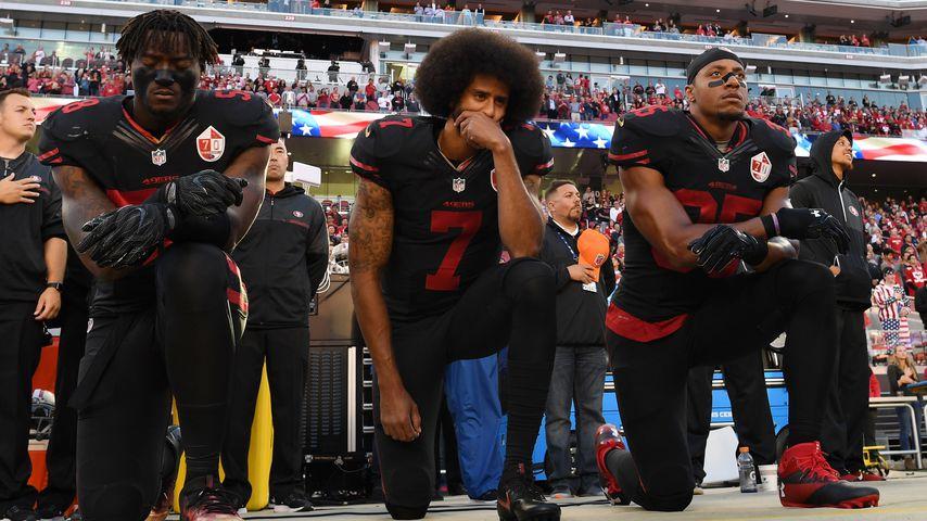 Colin Kaepernicks (mi.) Knie-Protest mit Kollegen beim NFL-Spiel der San Francisco 49ers