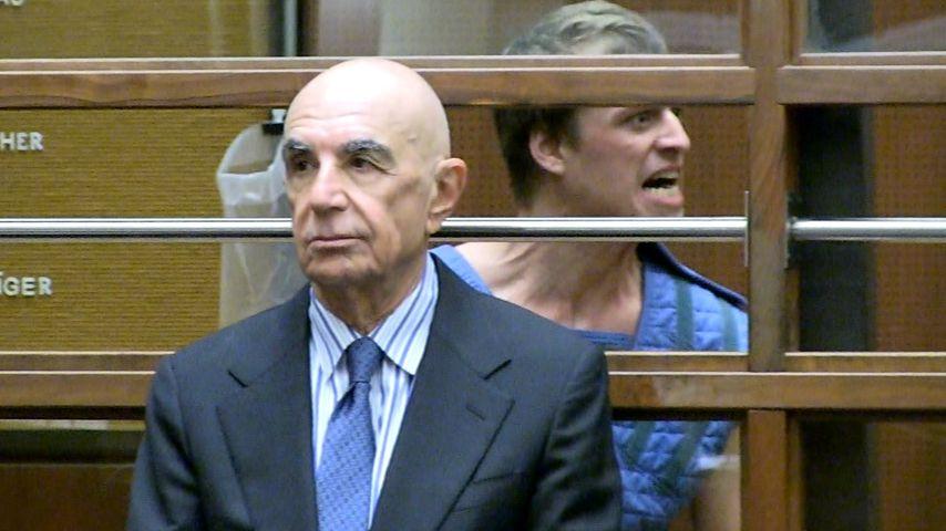 Conrad Hilton (hinten) mit seinem Anwalt Robert Shapiro im Gericht