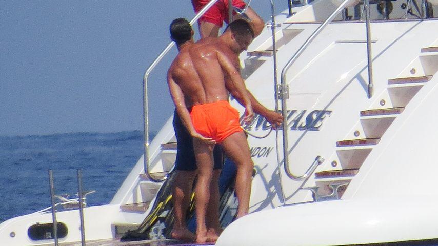 Zwickt's im Schritt? Cristiano Ronaldo checkt sein Höschen