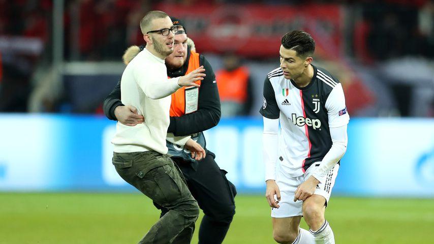 Bei Spiel: Cristiano Ronaldo von drei Flitzern überrumpelt
